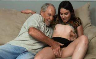 Padrasto fodendo a buceta peluda e o cu da enteada