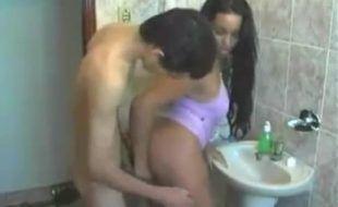 Morena gostosa dando pro namorado da irmã no banheiro