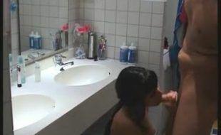 Fodeu o cu da namorada do amigo no banheiro