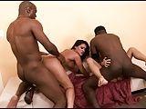 Pornô grupal com negros comendo morenas