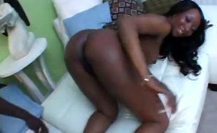 Negra dando sua buceta peludinha pro dotado