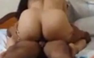 Corno filmando esposa rabuda fodendo no pau do amigo