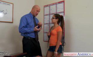 Aluna safadinha dando para o professor dotado