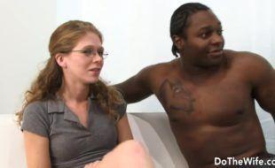 Corno manso assistindo esposa dar pro negao