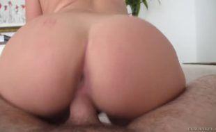 Ninfeta safada Karlee Grey transando em um de seus videos porno