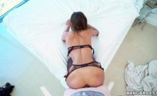 Lascou a rola da moreninha devassa no porno online