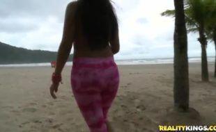 Morena da praia topou ganhar um dinheiro para fazer pornô