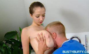 Novinha gostosa com peitões enormes