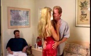 Marido corno assiste esposa dando o cu pra outro