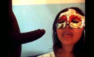 Mulher engolindo porra depois de receber uma gozada na cara