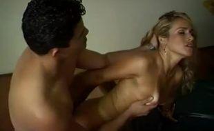 Malandro mostra como se trata uma loira gostosa na putaria