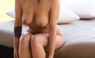 Mulher Peituda Nua exibe seus belos par de seios na rua